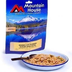 Mountain nuudeleita kanaa kasviksia mustapapukastikkeessa